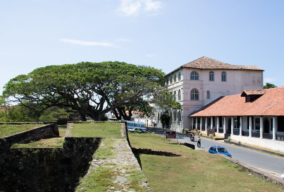 Walking around the wall of Galle